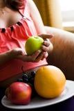 Frau, die gesunde Nahrung wählt Lizenzfreie Stockfotos