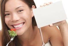 Frau, die gesunden Salat isst Lizenzfreie Stockfotografie