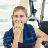 Frau, die gesundes Apfellebensmittel, für gesundes Sporteignungskonzept isst stockbilder