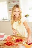 Frau, die gesundes Frühstück in der Küche zubereitet Lizenzfreie Stockbilder