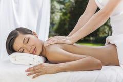 Frau, die am Gesundheits-Badekurort hat Massage sich entspannt Stockfotos