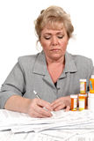 Frau, die Gesundheitspflegerechnungen überprüft Lizenzfreies Stockfoto