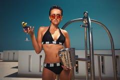 Frau, die Getränk genießt Stockfoto