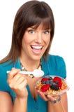 Frau, die Getreide isst Stockbild
