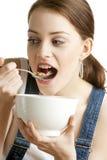 Frau, die Getreide isst Lizenzfreie Stockfotografie