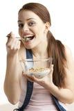 Frau, die Getreide isst Stockfoto