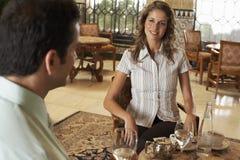 Frau, die Getränke mit Mann im Restaurant hat Stockbilder