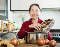 Frau, die getrocknete Pilze hält Lizenzfreie Stockfotos