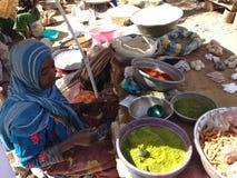 Frau, die Gewürze auf einem lokalen Markt in Farcha, N'Djamena, Tschad verkauft stockbilder