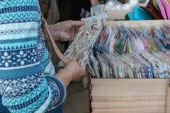 Frau, die Gewebe für Näharbeit wählt stockfotos