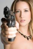 Frau, die Gewehr zeigt Stockfotos