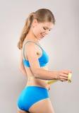 Frau, die Gewicht löst Stockbild