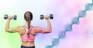 Frau, die Gewicht mit DNA-abgehobenem Betrag gegen die grünen und rosa Lichter nimmt Stockfoto