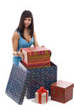 Frau, die giftbox in Paket setzt Stockbild