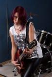 Frau, die Gitarre spielt stockfotos