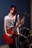 Frau, die Gitarre spielt stockfoto