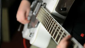 Frau, die Gitarre spielt stock video