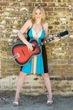 Frau, die Gitarre spielt lizenzfreie stockfotografie