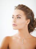 Frau, die glänzenden Diamantkollier trägt Stockbild