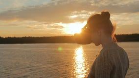 Frau, die Gläser der virtuellen Realität auf Plattform des Kreuzschiffs bei Sonnenuntergang verwendet stock video footage