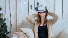 Frau, die Gläser der virtuellen Realität verwendet Lizenzfreie Stockbilder