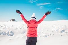 Frau, die Glück auf schneebedecktem Hintergrund zeigt Lizenzfreies Stockfoto