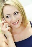 Frau, die glücklich auf ihrem Mobile plaudert Stockbilder