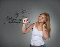 Frau, die glückliche Familie und kleines Haus mit Stift auf Schirm zeichnet stockbild