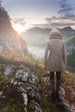 Frau, die glühenden Stern betrachtet Abbildung kann als Hintergrund benutzt werden Lizenzfreie Stockfotos