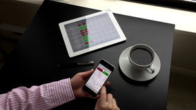 Frau, die globalen Wechselkurs auf iphone überprüft stock footage