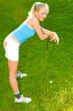 Frau, die Golf spielt Lizenzfreie Stockfotografie
