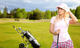 Frau, die Golf spielt Lizenzfreies Stockbild