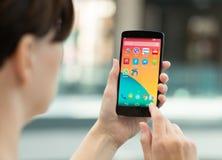 Frau, die Google-Verbindung 5 hält Stockfotos