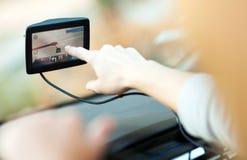 Frau, die GPS im Auto verwendet stockbild