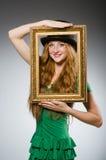 Frau, die grüne Kleiderholding trägt Stockbilder