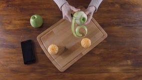 Frau, die grünem Apfel mit Schäler abzieht stock video
