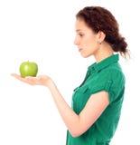 Frau, die grünen Apfel anhält Lizenzfreie Stockfotografie