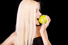 Frau, die grünen Apfel isst Lizenzfreies Stockfoto