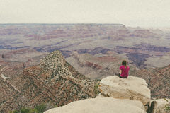 Frau, die Grand Canyon übersieht Lizenzfreie Stockfotografie