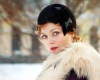 Frau, die grauen geglaubten Hut in der Retro Art trägt stockfotografie