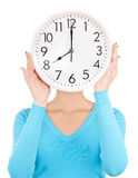 Frau, die große Uhr hält Lizenzfreies Stockfoto
