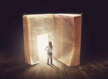 Frau, die großes Buch betrachtet