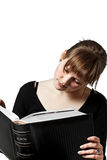 Frau, die großes Buch liest Lizenzfreie Stockbilder
