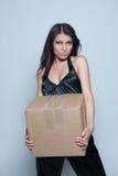 Frau, die großes Paket anhält Lizenzfreies Stockfoto