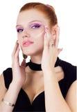 Frau, die Grundlage auf ihrem Gesicht anwendet Lizenzfreies Stockfoto