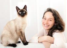 Frau, die gute Zeiten zu Hause mit Katze hat lizenzfreie stockfotografie