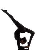 Frau, die gymnastisches sil Yoga Eka Pada Viparita Dandasana ausübt Stockbild