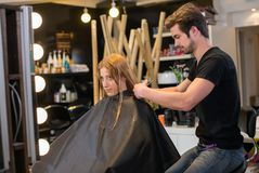 Frau, die Haar anreden lässt im Salon Stockfotografie
