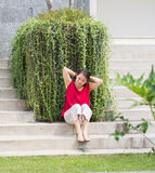 Frau, die Haar auf Park bindet Stockbild
