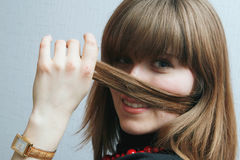 Frau, die Haar hält lizenzfreies stockbild